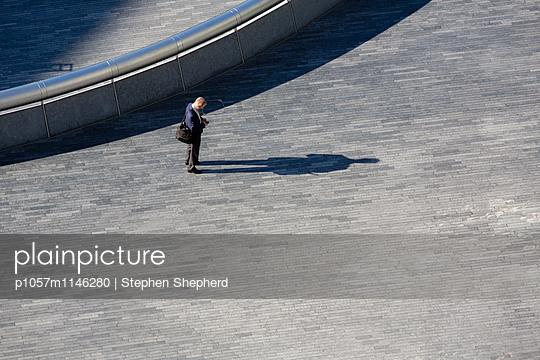 Blick aufs Handy - p1057m1146280 von Stephen Shepherd