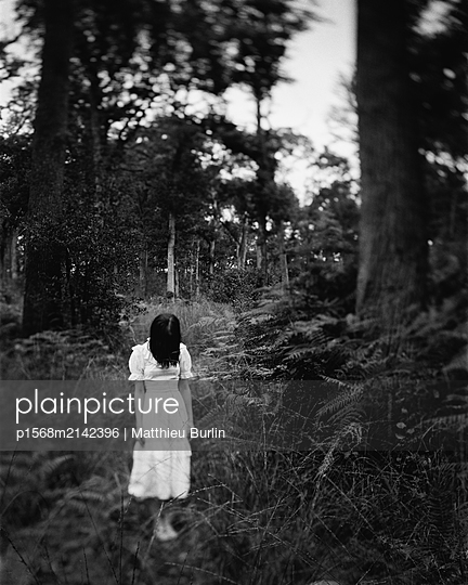 Frau im Wald - p1568m2142396 von Matthieu Burlin