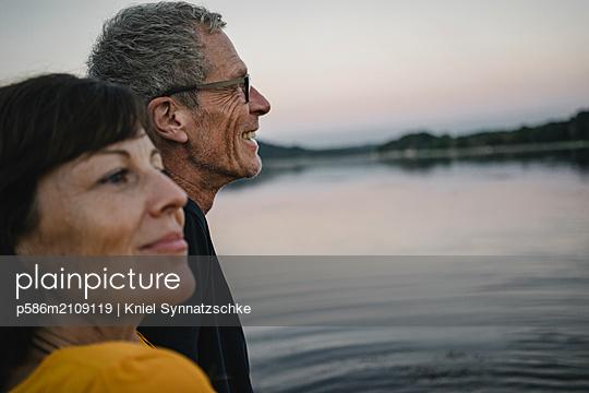Porträt Seniorenpaar am Baldeneysee - p586m2109119 von Kniel Synnatzschke