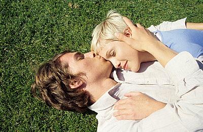 Junges Paar im Gras - p0451828 von Jasmin Sander