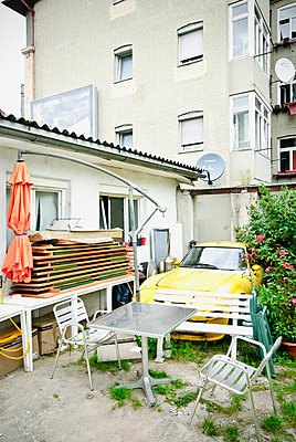Backyard with junk car and garden furniture - p982m2126818 by Thomas Herrmann