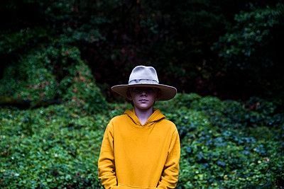 Portrait of boy wearing large hat covering eyes - p1166m2107907 by Cavan Images