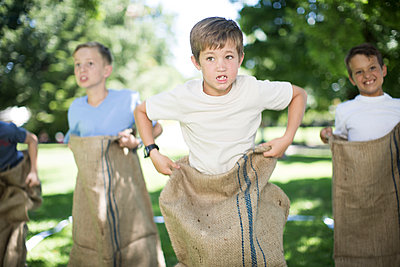 Boys competing in a sack race - p300m1188773 by zerocreatives