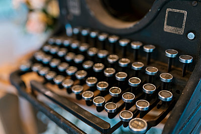 Close-up of old typewriter at wedding banquet - p300m2251685 by Ezequiel Giménez