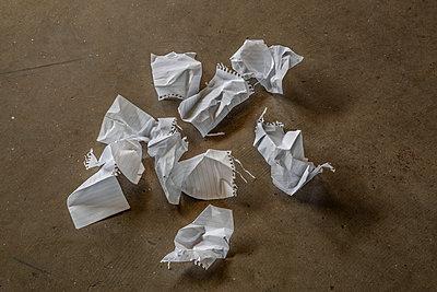 Zerknitterte Notizzettel auf dem Fußboden - p397m2015252 von Peter Glass
