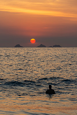 Beautiful sunset landscape on the Atlantic Ocean seen from Ipanema - p1166m2137484 by Cavan Images