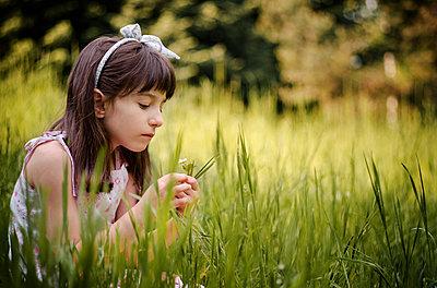 Mädchen auf einer Wiese - p1432m1496484 von Svetlana Bekyarova