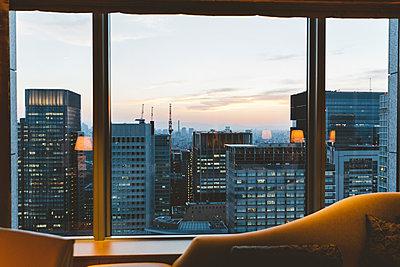 Blick aus dem Fenster auf Tokio - p432m2116410 von mia takahara