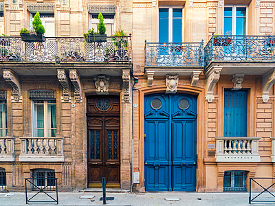 Facade of a house in Toulouse old city quarter - p1332m1540248 by Tamboly