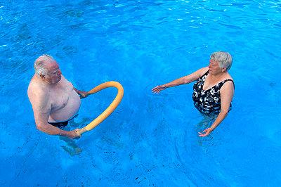 Paar im Schwimmbad - p427m972703 von Ralf Mohr