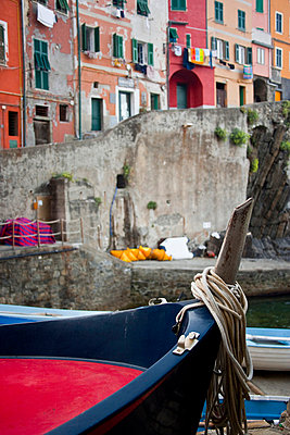 View of colourful buildings and boats in a river in Riomaggiore in Cinque Terra; Riomaggiore, Liguria, Italy - p644m728795 by Tania Cagnoni