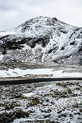 Verschneite Berglandschaft - p916m1539034 von the Glint