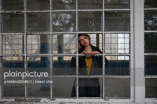 Frau in einem leeren Gebäude - p1646m2224611 von Slava Chistyakov