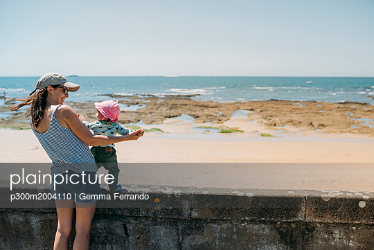 France, mother and baby girl having fun together at beach promenade - p300m2004110 von Gemma Ferrando