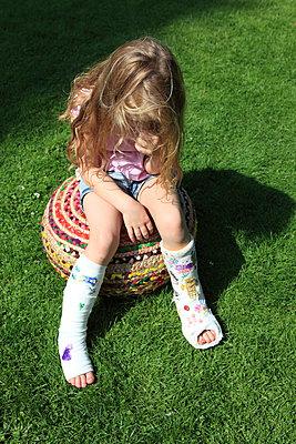 Frustriertes Mädchen mit Gipsbeinen - p045m1064542 von Jasmin Sander