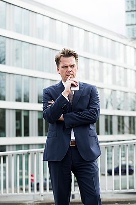 Nachdenklicher Geschäftsmann - p1221m1123967 von Frank Lothar Lange