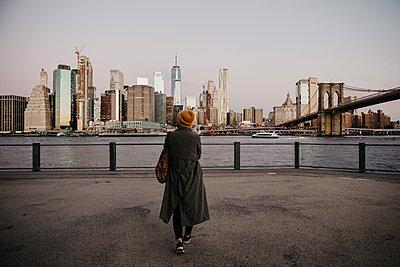 USA, New York, New York City, Brooklyn Bridge, Female tourist at East River - p300m2081045 by letizia haessig photography