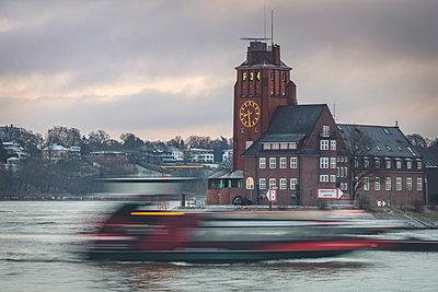 Germany, Hamburg, Finkenwerder, Lotsenhaus Seemannshoeft with shipping traffic - p300m2083499 by Kerstin Bittner