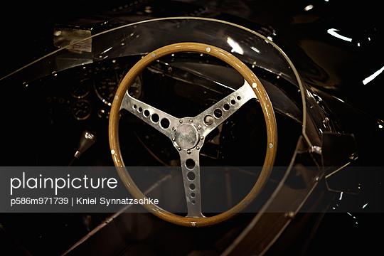 Lenkrad im Retro Stil - p586m971739 von Kniel Synnatzschke