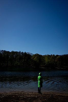 Frauenfigur am Ufer des Waldsees - p1212m1134671 von harry + lidy