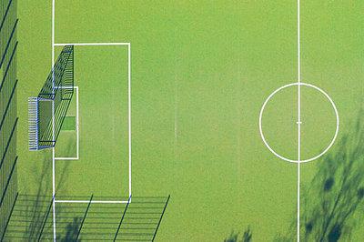 Deutschland, Bayern, München, Luftaufnahme oder Drohnenaufnahme von einem Fussballplatz, Fussballfeld, Kunstrasen - p300m2144439 von Michael Malorny