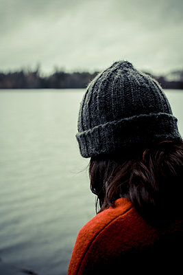 Musing woman on the lakefront - p750m1496895 by Silveri