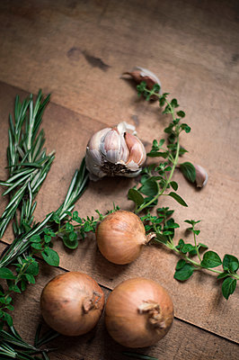 Herbs, garlic and onions - p947m2172198 by Cristopher Civitillo