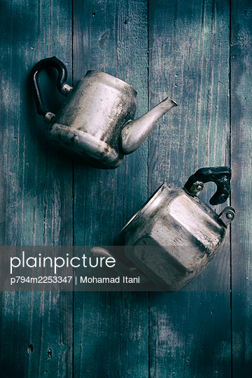 Two old teapots  - p794m2253347 von Mohamad Itani