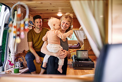 Family in Campervan cooking - p1124m2229009 by Willing-Holtz
