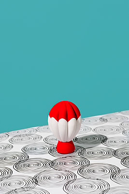 Toy hot air balloon against a blue background - p1423m2125776 by JUAN MOYANO