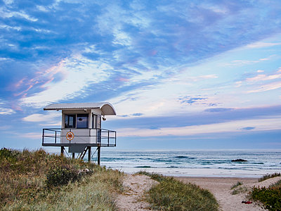 Australia, New South Wales, Lifeguard hut against moody sky - p1427m1553549 by WalkerPod Images