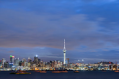 New Zealand, North Island, Auckland, Auckland skyline at dusk - p300m2042798 by Markus Kapferer