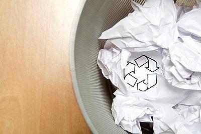 Zerknülltes Papier im Papierkorb - p4736780f von STOCK4B-RF