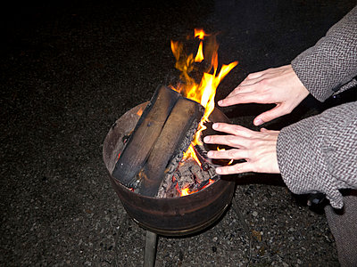 Aufwärmen am Feuer - p978m891320 von Petra Herbert