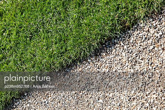 Rasenkante - p238m952768 von Anja Bäcker