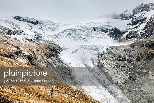 Einsamer Wanderer vor Gletscher - p327m1216595 von René Reichelt