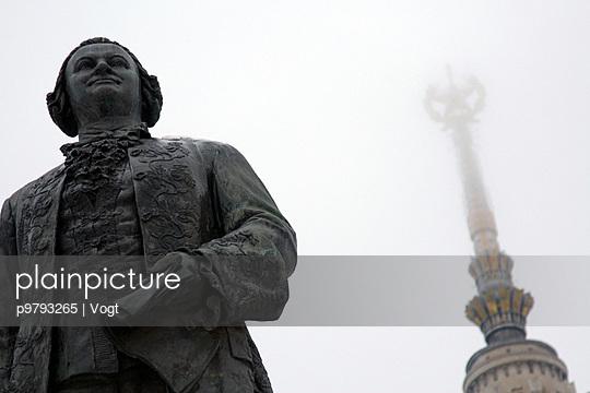 Statue vor der Lomonossow-Universitaet in Moskau, Russland, 2007 - p9793265 von Vogt