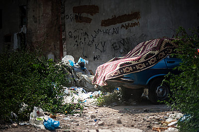 Rubbish and car - p1007m959932 by Tilby Vattard
