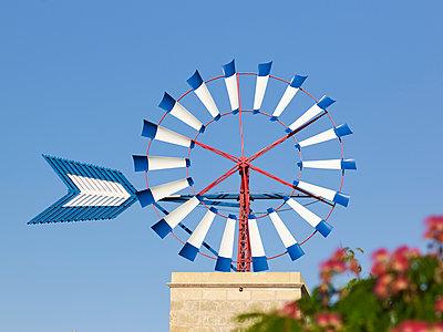 Kleines Windrad auf dem Dach - p885m1215150 von Oliver Brenneisen