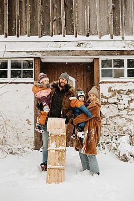 ]Canada, Ontario, Winter portrait of family witch children (12-17 months, 2-3) - p924m2271205 by Sara Monika