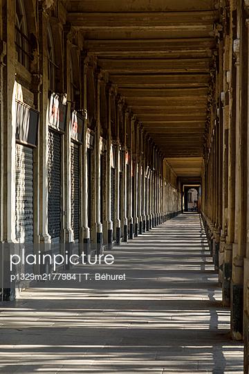 Palais Royal, arcades, Paris, France, shutdown due to Covid-19 - p1329m2177984 by T. Béhuret