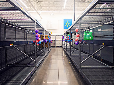 Empty shelves in a supermarket, USA - p1301m2172365 by Delia Baum
