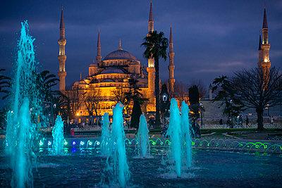 Die abends erleuchtete Blaue Moschee in Istanbul mit blau schimmerndem Springbrunnen im Vordergrund - p1400m1573065 von Bastian Fischer