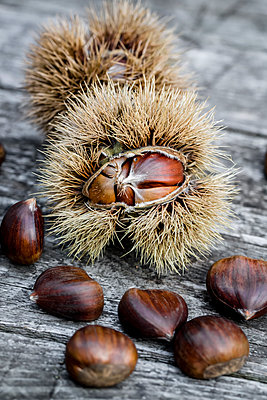 Sweet chestnuts on wood - p300m1081337f by Sandra Roesch