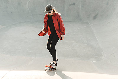 Woman skateboarding - p312m2207663 by Stina Gränfors