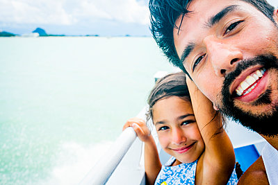 Vater und Tochter auf dem Schiff - p680m1511669 von Stella Mai