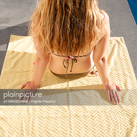 Young woman sunbathing in bikini - p1105m2200696 by Virginie Plauchut