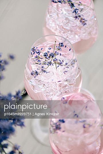 Lavendel-Cocktail - p1645m2223751 von Agnes Kinczer
