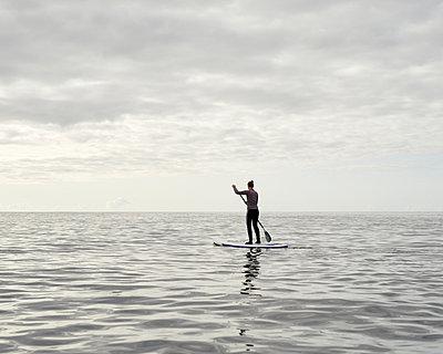 Stand up Paddle auf dem Meer - p1124m1050688 von Willing-Holtz