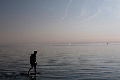 Junger Mann im Badesee - p1212m1178658 von harry + lidy